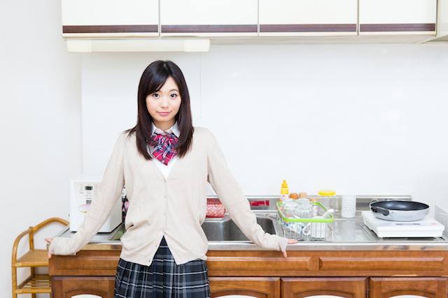 キッチンの女学生